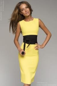 Желтое платье-футляр без рукавов с черным поясом купить в Воронеже