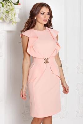 Платье-футляр персикового цвета с воланами и поясом без рукавов купить в Воронеже