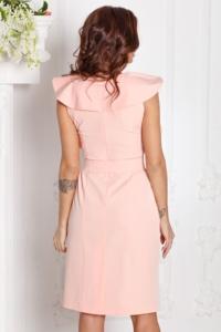 Заказать Платье-футляр персикового цвета с воланами и поясом без рукавов с бесплатной доставкой по России
