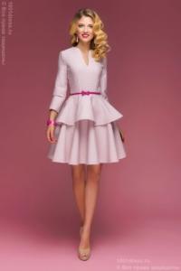 Платье цвета пудры длины мини из жаккарда с баской и вырезом на груди купить в интернет-магазине