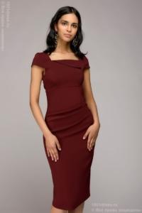 Платье-футляр винного цвета с драпировкой на талии и короткими рукавами купить в Воронеже
