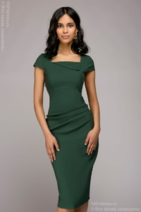 Платье-футляр зеленого цвета с драпировкой на талии и короткими рукавами купить в Воронеже
