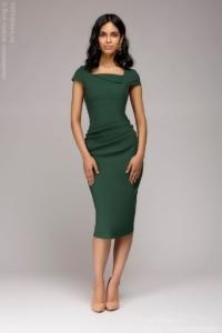 Платье-футляр зеленого цвета с драпировкой на талии и короткими рукавами купить в интернет-магазине