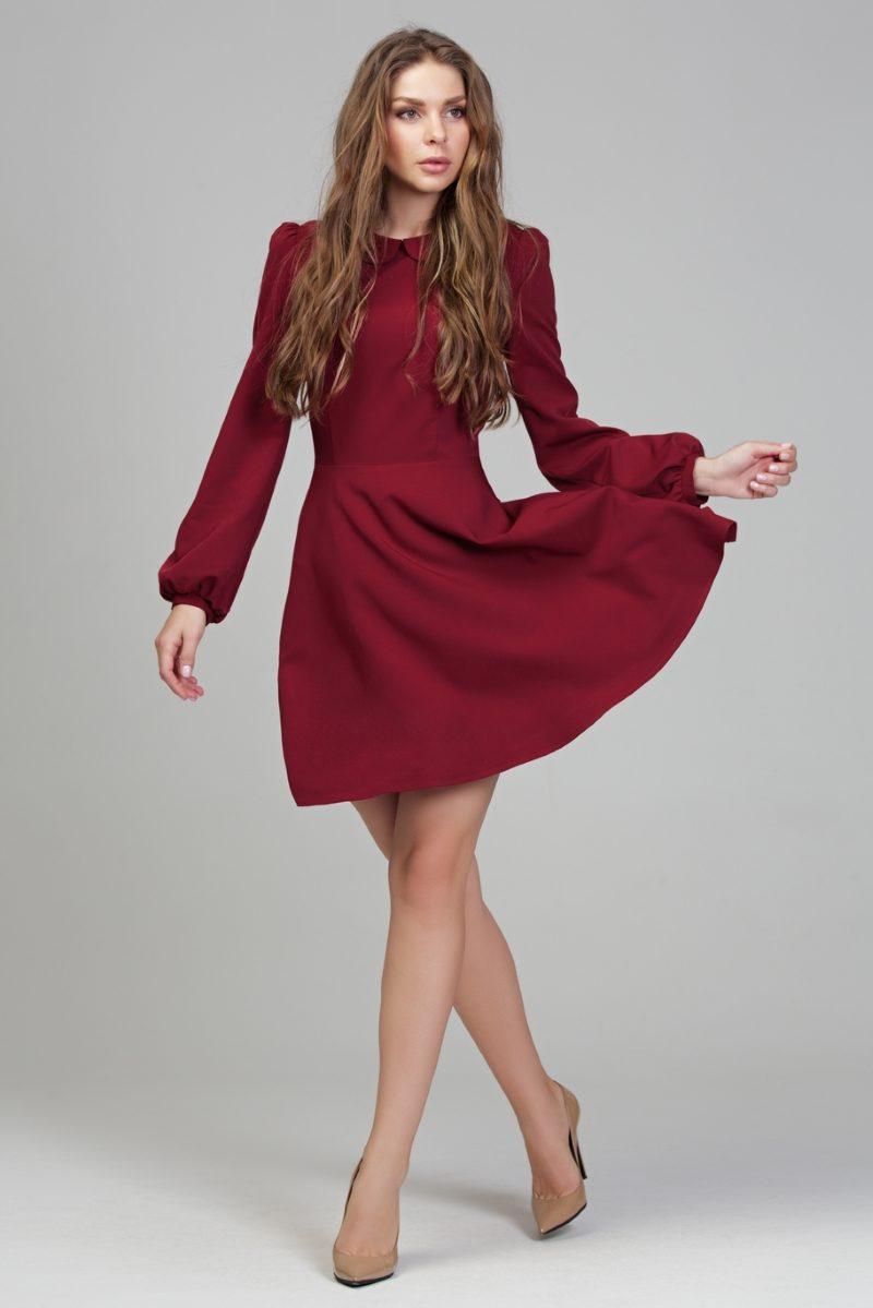 """Заказать Короткое платье вишневого цвета с расклешенной юбкой и рукавом """"фонарик"""" с бесплатной доставкой по России"""