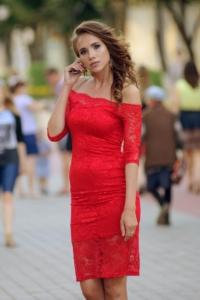 Красное гипюровое платье длины миди с открытыми плечами купить в интернет-магазине