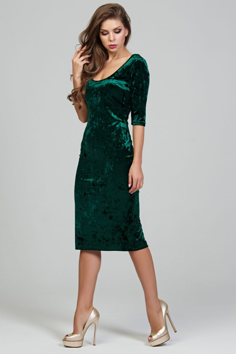 Заказать Бархатное платье-футляр изумрудного цвета с глубоким вырезом с бесплатной доставкой по России