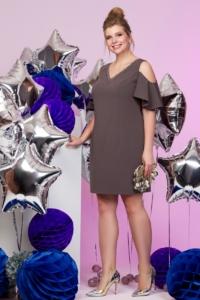 Короткое платье цвета мокко с открытыми плечами и воланами большого размера купить в Воронеже