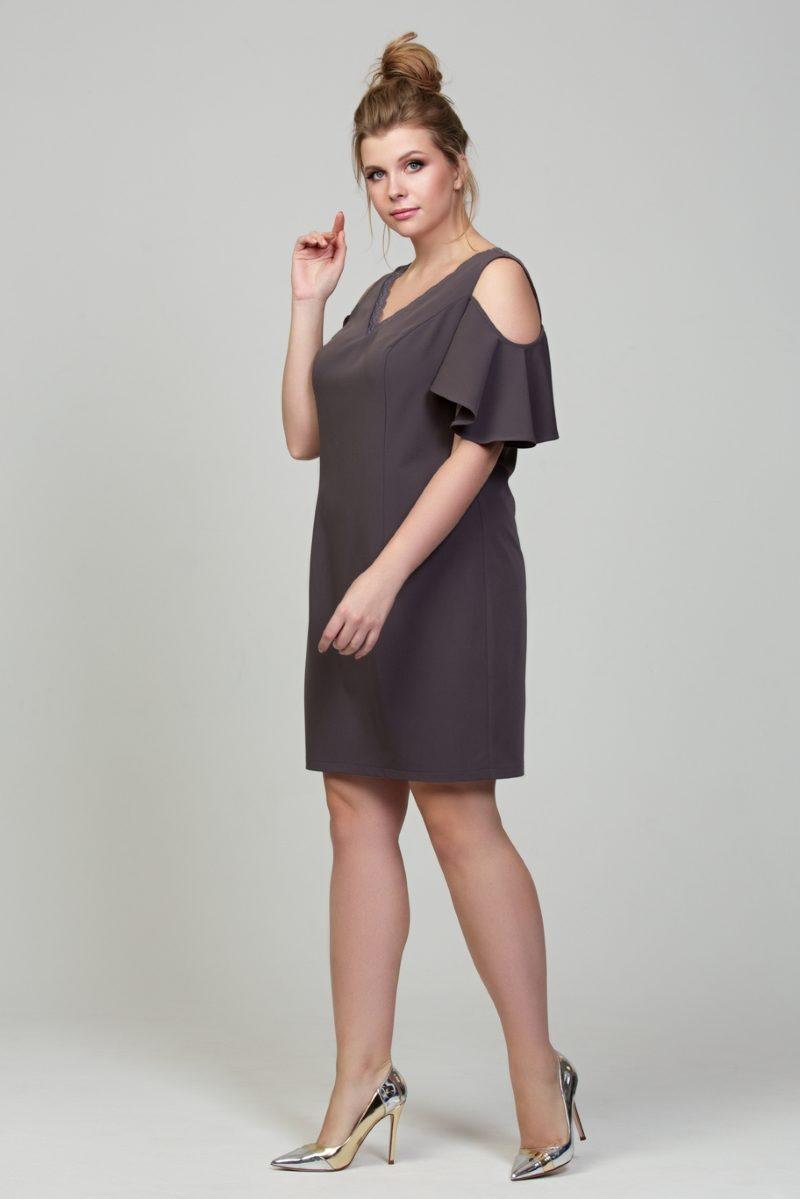 Купить Короткое платье цвета мокко с открытыми плечами и воланами большого размера в магазине женской одежды в Воронеже