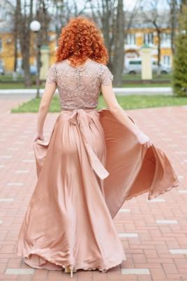 Длинное бежевое платье с пышной юбкой и кружевным верхом с короткими рукавами купить в интернет-магазине