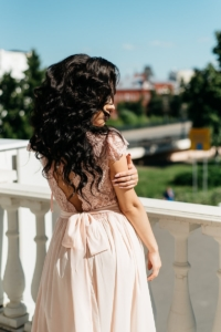 Заказать Длинное платье пудрового цвета с шифоновой юбкой и вырезом на спине с бесплатной доставкой по России