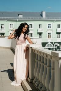 Длинное платье пудрового цвета с шифоновой юбкой и вырезом на спине купить в Воронеже