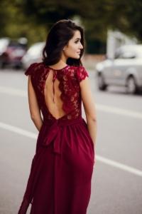 Заказать Длинное платье вишневого цвета с шифоновой юбкой и вырезом на спине с бесплатной доставкой по России