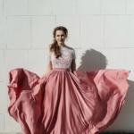 Длинное розовое платье с пышной юбкой и кружевным верхом с короткими рукавами zd00335pk-1