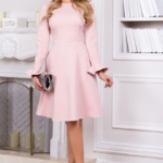 Нежно-розовое платье с расклешенной юбкой и длинными рукавами vv51481pk-2
