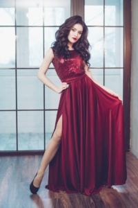Вечернее платье винного цвета с верхом из пайеток и вырезом на спине купить в Воронеже