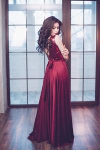 Заказать Вечернее платье винного цвета с верхом из пайеток и вырезом на спине с бесплатной доставкой по России