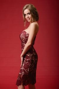 Бежевое платье-футляр с корсетным верхом и вишневым кружевом купить в Воронеже