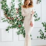 Гипюровое платье-рыбка молочного цвета с открытыми плечами zd00347wh-1