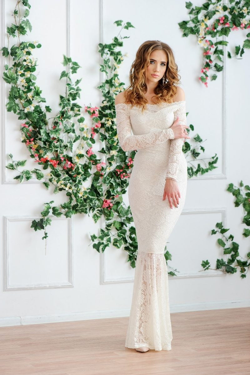Свадебное Гипюровое платье-рыбка молочного цвета с открытыми плечами купить в Воронеже