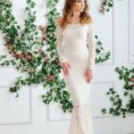Гипюровое платье-рыбка молочного цвета с открытыми плечами zd00347wh-2