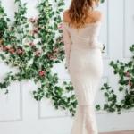 Гипюровое платье-рыбка молочного цвета с открытыми плечами zd00347wh-3