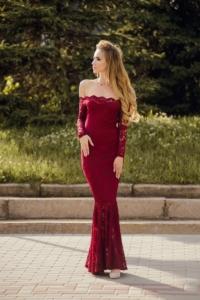 Гипюровое платье-рыбка винного цвета с открытыми плечами купить в Воронеже
