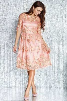 Коктейльное платье миди нежно-розового цвета с цветочной вышивкой купить в интернет-магазине