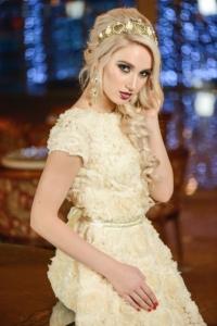 Заказать Короткое бежевое платье из крупных роз с вырезом на спине с бесплатной доставкой по России