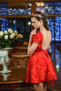Короткое красное платье из крупных роз с вырезом на спине купить в Воронеже