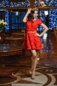 Заказать Короткое красное платье из крупных роз с вырезом на спине с бесплатной доставкой по России