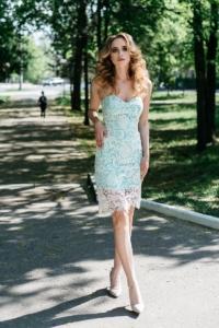 Мятное платье-футляр с корсетным верхом и молочным кружевом купить в интернет-магазине