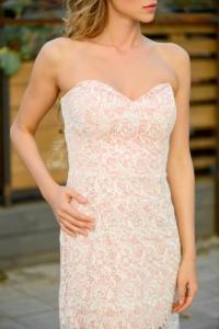 Пудровое платье-футляр с корсетным верхом и молочным кружевом купить в интернет-магазине