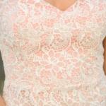 Пудровое платье-футляр с корсетным верхом и молочным кружевом zd00336pw-3
