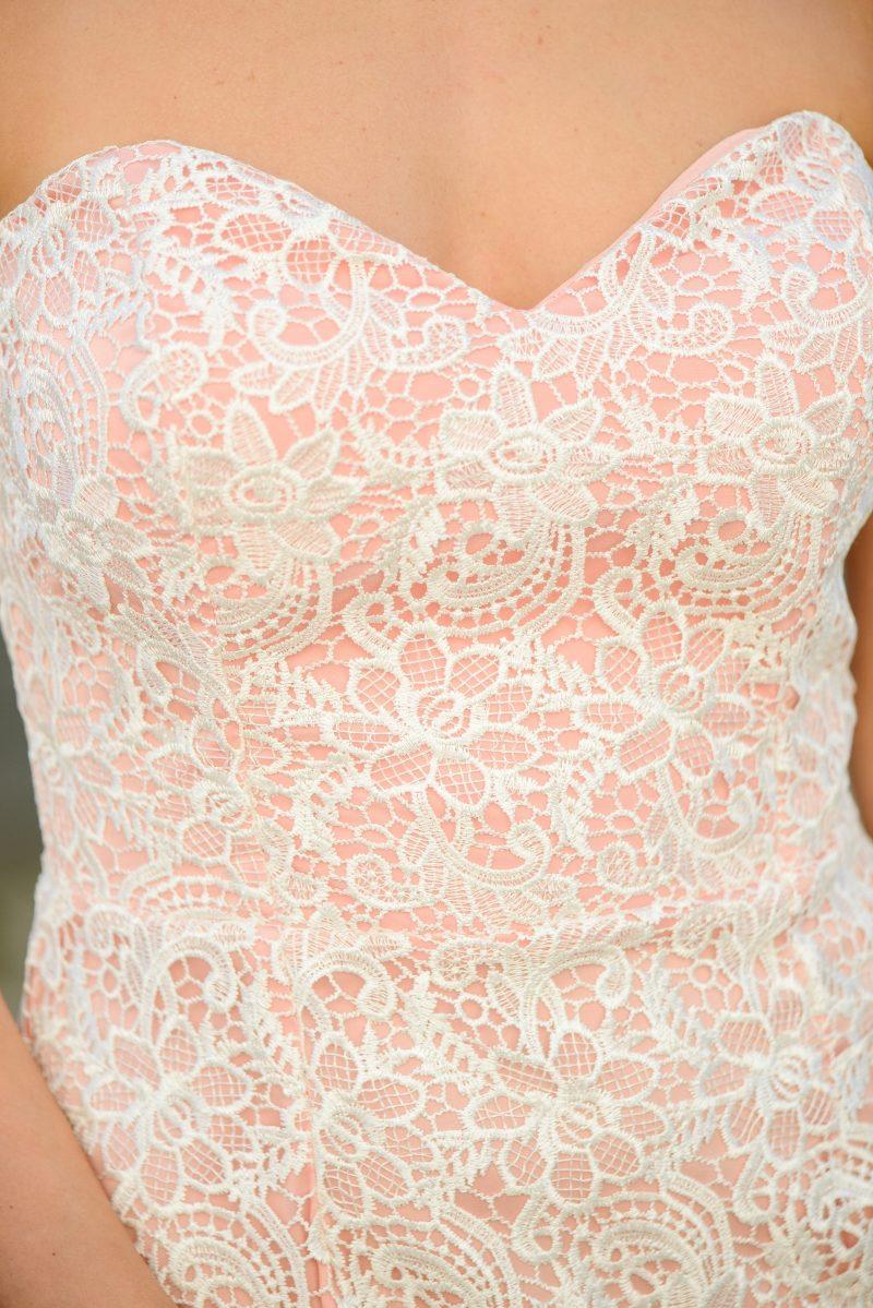 Заказать Пудровое платье-футляр с корсетным верхом и молочным кружевом с бесплатной доставкой по России