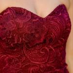 Вишневое платье-футляр с корсетным верхом и кружевом zd00336ch-3