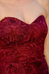Заказать Вишневое платье-футляр с корсетным верхом и кружевом с бесплатной доставкой по России