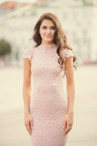 """Вечернее гипюровое платье """"рыбка"""" пудрового цвета купить в интернет-магазине"""