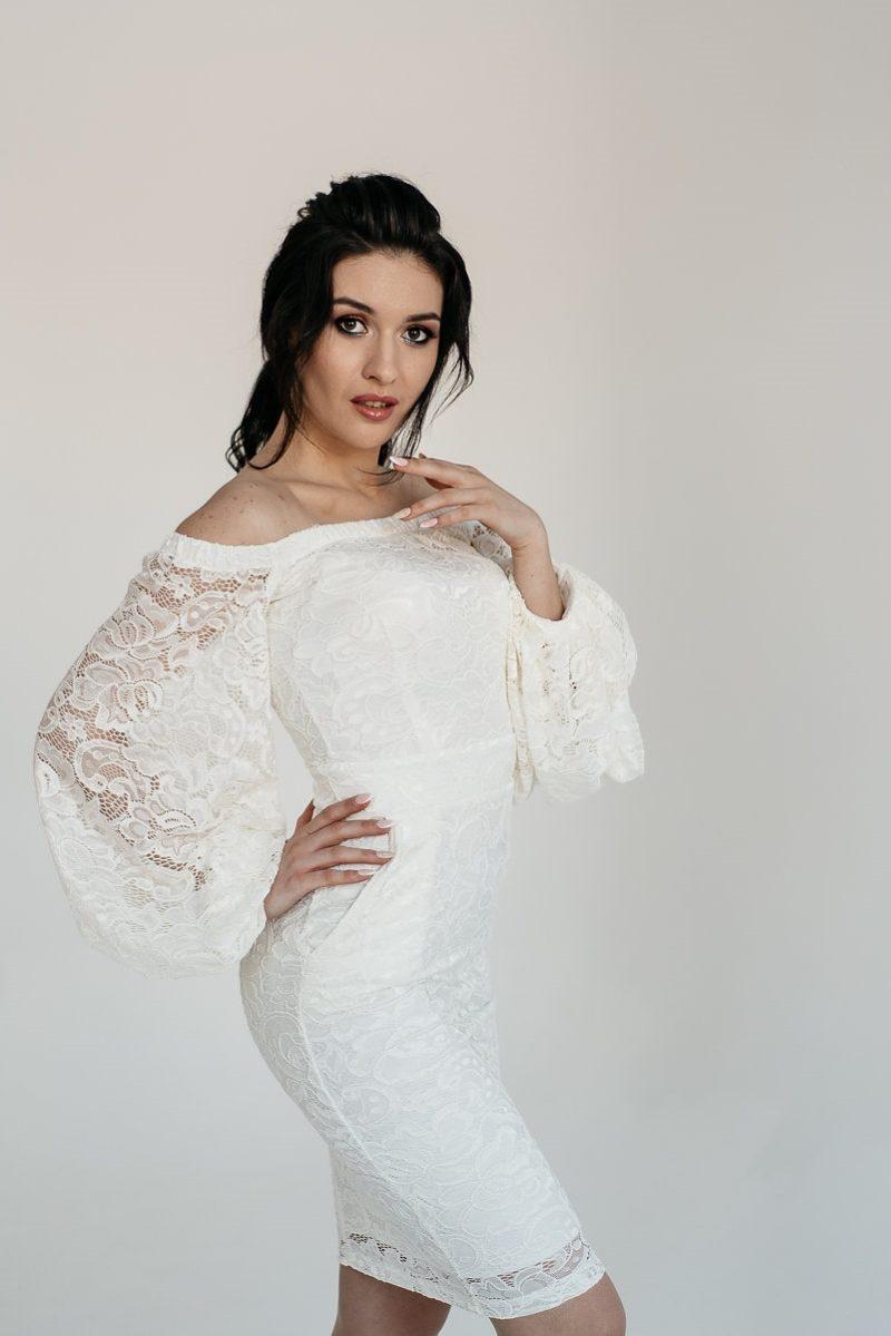 Белое гипюровое платье с открытыми плечами и пышными рукавами купить в интернет-магазине