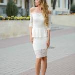 Гипюровое платье молочного цвета с баской и открытыми плечами zd00343wh-1