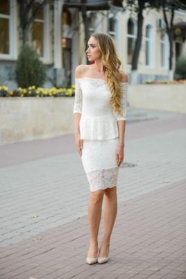 Гипюровое платье молочного цвета с баской и открытыми плечами купить в Воронеже