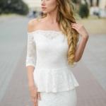 Гипюровое платье молочного цвета с баской и открытыми плечами zd00343wh-2