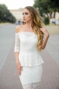 Гипюровое платье молочного цвета с баской и открытыми плечами купить в интернет-магазине