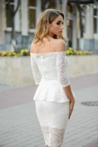 Заказать Гипюровое платье молочного цвета с баской и открытыми плечами с бесплатной доставкой по России