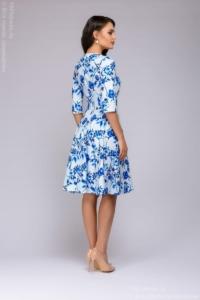 Заказать Короткое белое платье с голубым цветочным принтом и рукавами 3/4 с бесплатной доставкой по России