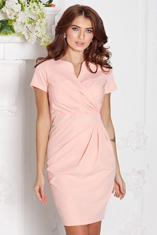 Короткое платье-футляр персикового цвета с драпировкой и короткими рукавами купить в Воронеже