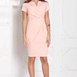 Короткое платье-футляр персикового цвета с драпировкой и короткими рукавами sz00026ph-2