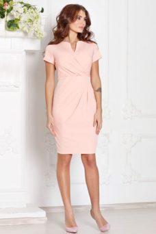 97cebbe32c5 Короткое платье-футляр персикового цвета с драпировкой и короткими рукавами  купить в интернет-магазине ...