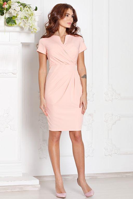 Короткое платье-футляр персикового цвета с драпировкой и короткими рукавами купить в интернет-магазине