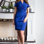 Короткое платье-футляр синего цвета с драпировкой и короткими рукавами sz00026bl-2