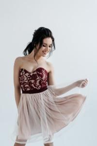 Короткое платье-корсет цвета пудры с бордовым кружевным верхом и пышной юбкой купить в Воронеже